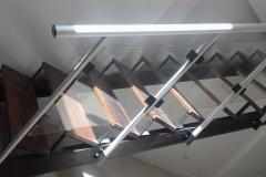 Escalera de hierro y madera con baranda de acero y cristal cantos pulidos montada en Arecife
