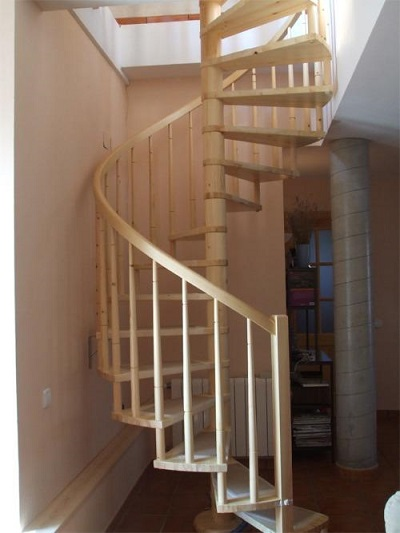 Escalera de caracol barandilla de madera modelo conico
