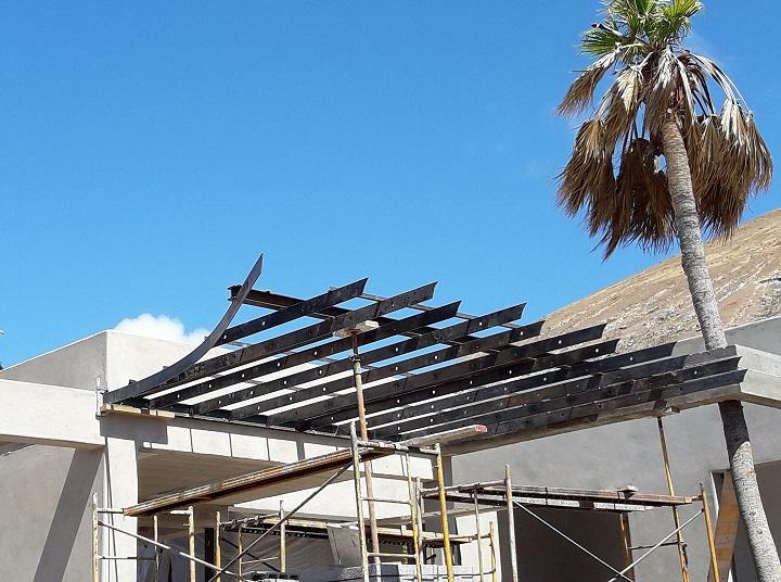 Pergola de acero corten oxidado en proceso de instalación