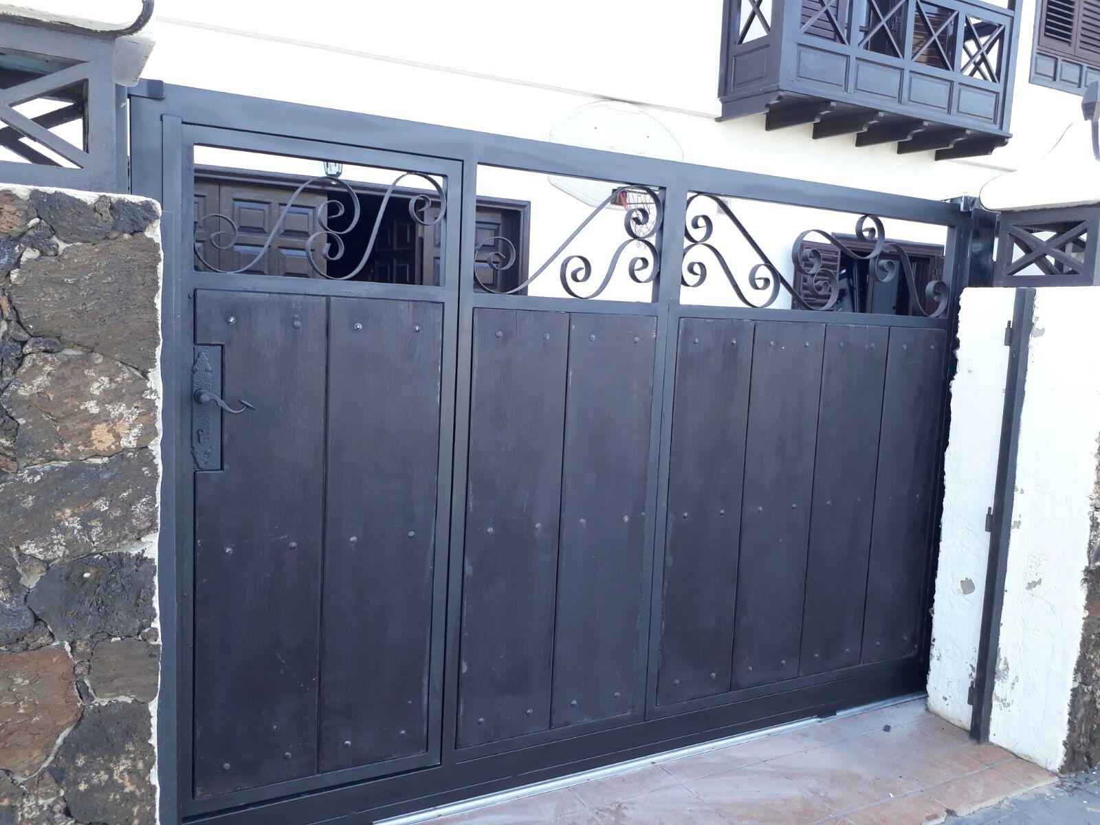 puerta metálica reparada en Punta Mujeres